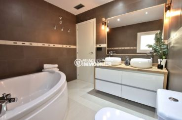 agence immobiliere costa brava espagne: villa 241 m², salle de bains avec baignoire d'angle et double vasques