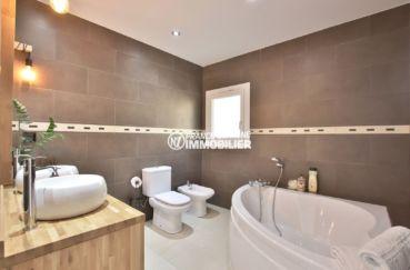 immo center roses: villa 241 m², salle de bains de la suite parentale avec baignoire d'angle