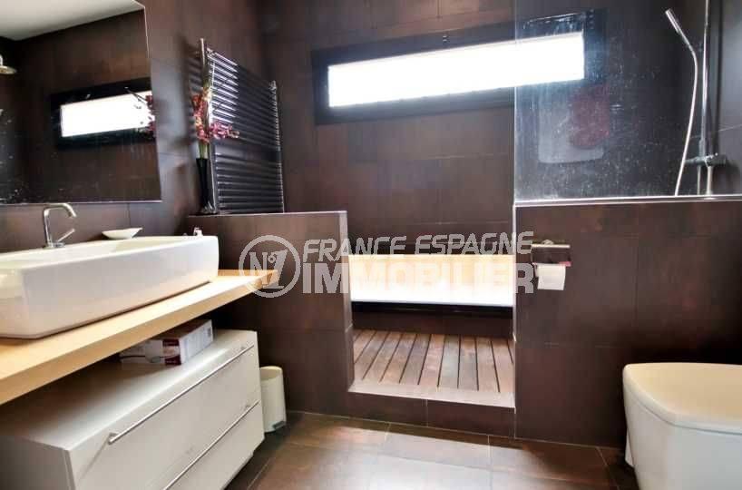 maison a vendre peralada, proche plage, salle de bains avec baignoire, vasque et wc