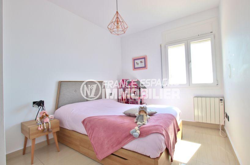 immocenter roses: villa 241 m², deuxième chambre avec un lit double