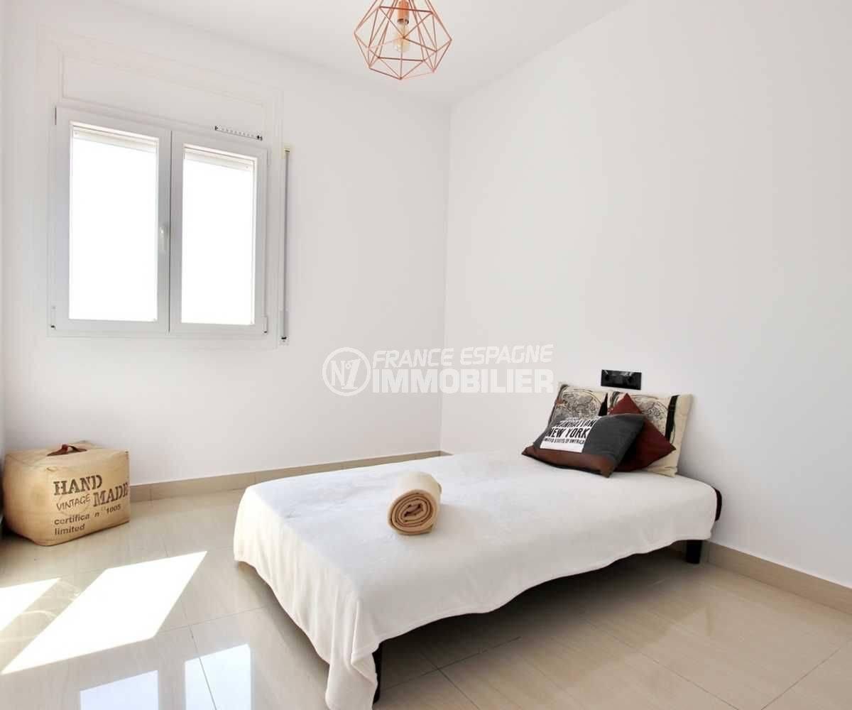 vente villa rosas, piscine au sel, troisième chambre avec un canapé convertible