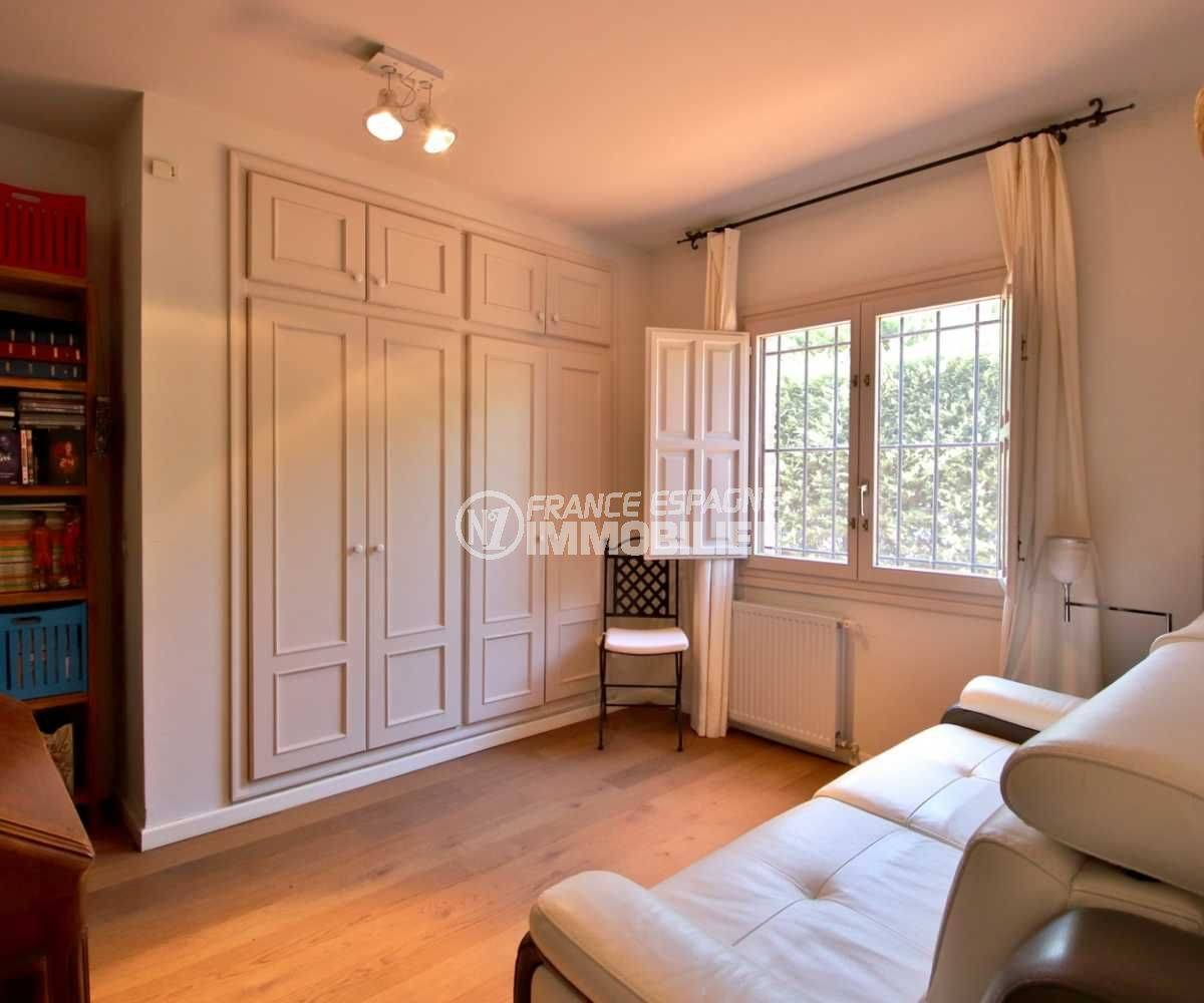 immobilier peralada: villa 362 m², quatrième chambre avec canapé et rangements
