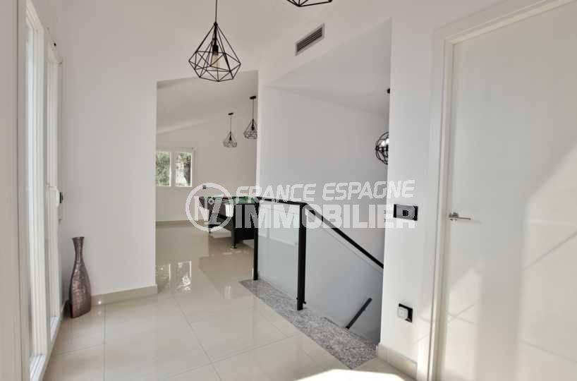 achat immobilier roses: villa 241 m², couloir de l'étage, espace jeux table de billard