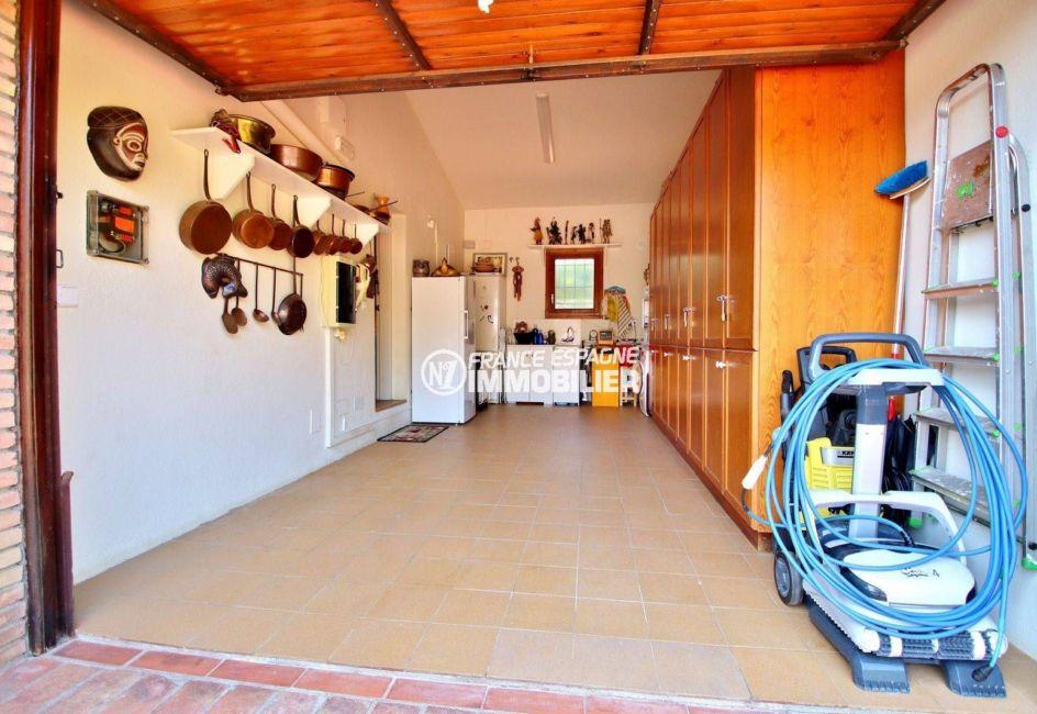 achat maison sur la costa brava, golf perelada, apercu du garage avec des rangements