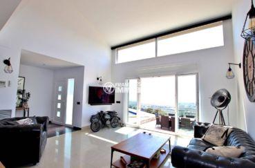 roses immobilier: villa 241 m², aperçu porte d'entrée, salon avec accès terrasse et piscine