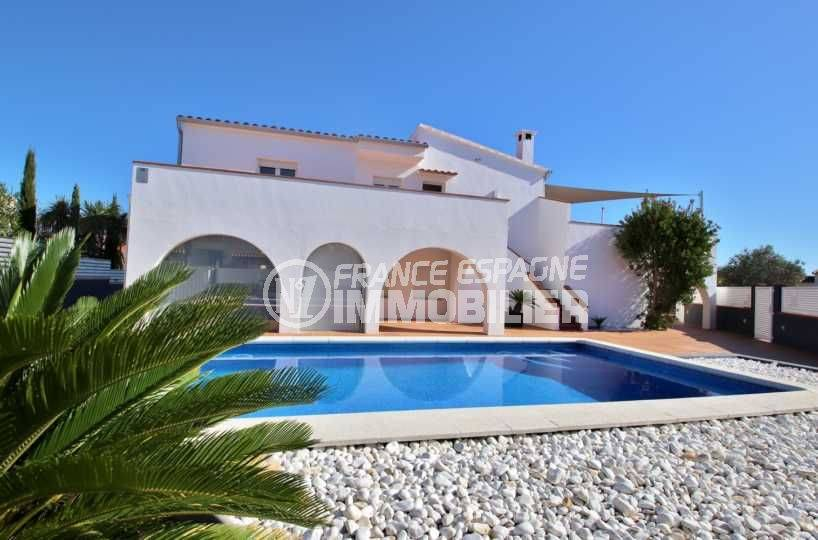 agence immo rosas:ref.3796, villa standing avec amarre 40 m, piscine, proche plage et commerces