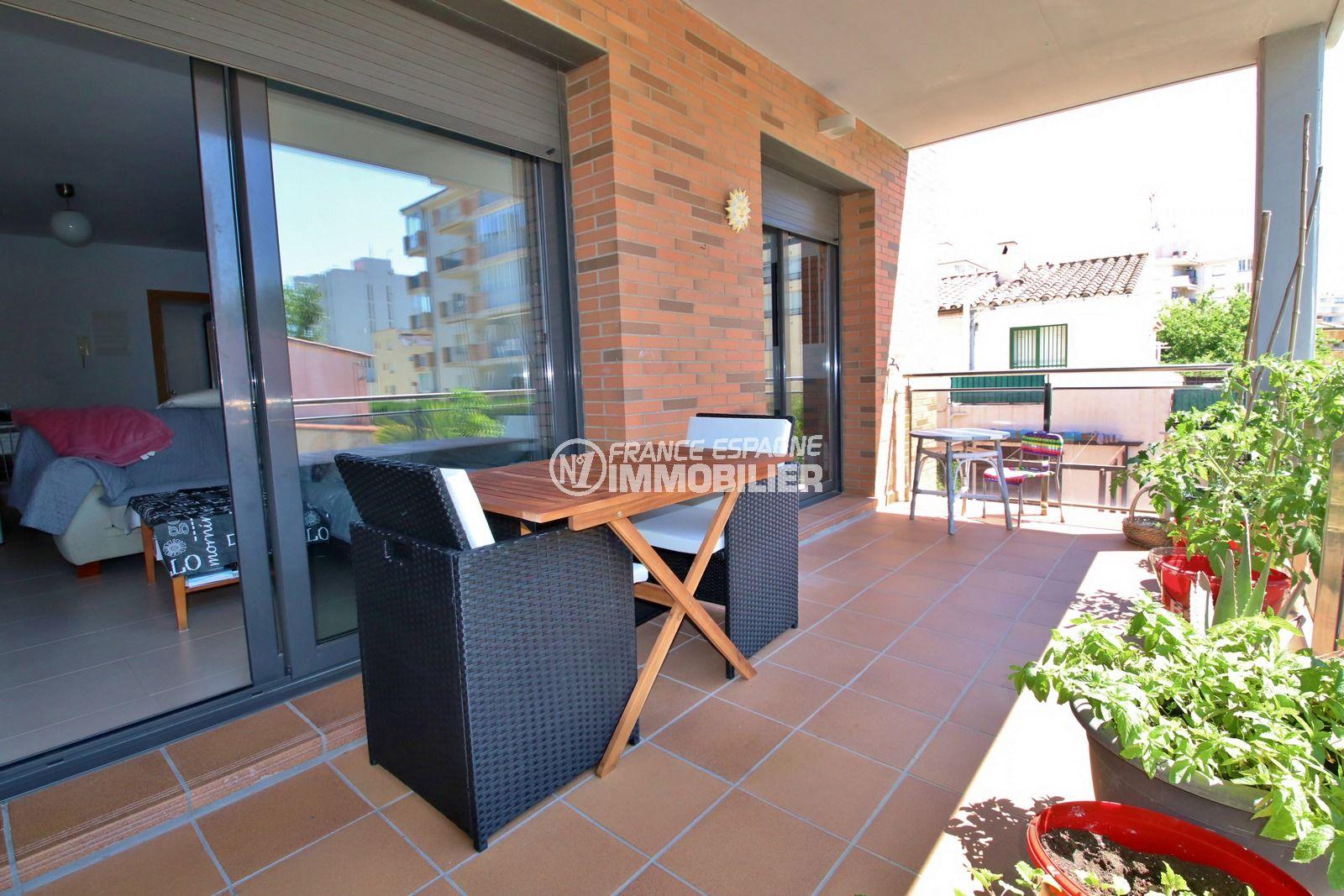 immobilier costa brava: appartement 3 pièces 68 m², terrasse 15 m² et parking extérieur couvert. plage et commerces à 400 m