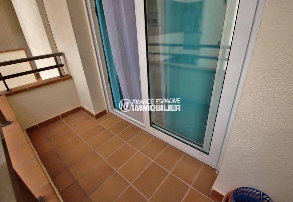 immo roses: appartement 41 m², aperçu de la terrasse vue sur le canal et le parc naturel