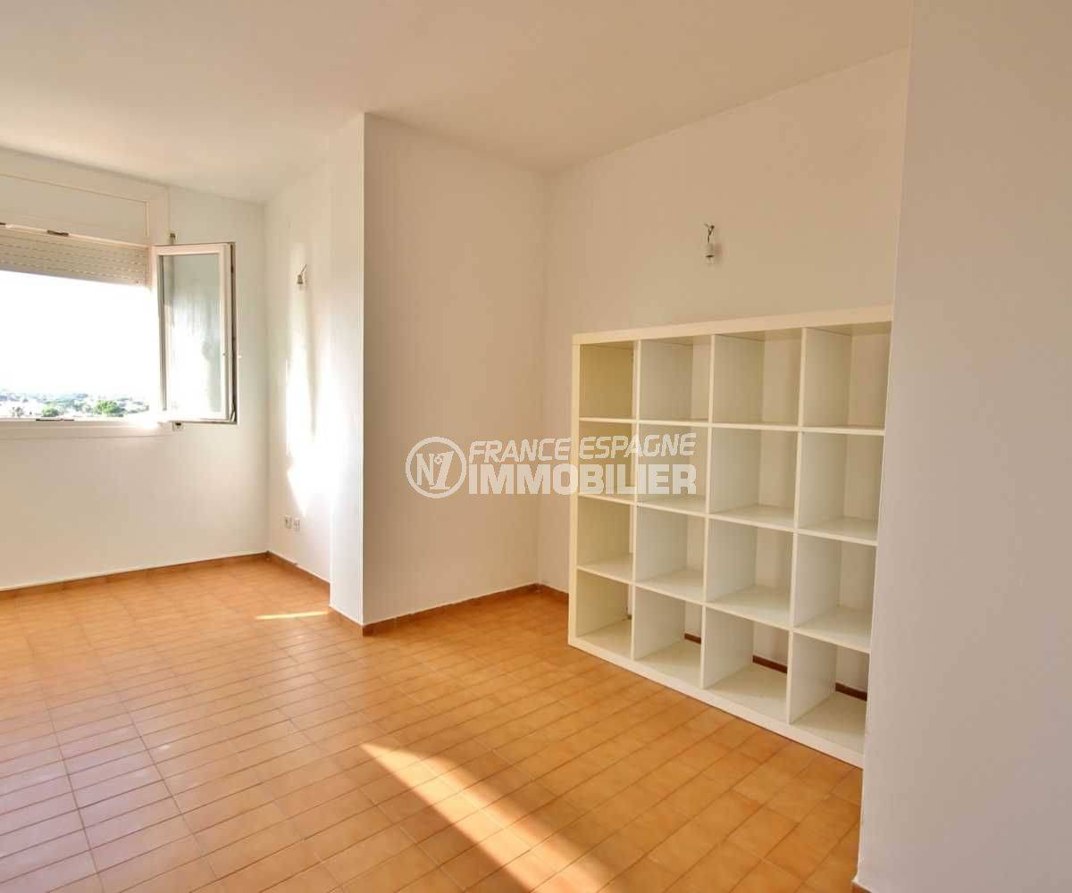 immobilier ampuriabrava: studio ref.3788, pièce principale lumineuse avec étagères