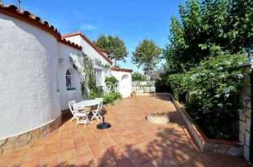 agence immobilière costa brava: villa de 113 m², belle façade avec grande terrasse