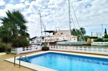 immobilier rosas: villa 292 m², aperçu de la piscine 8 m x 4.5 m avec vue canal