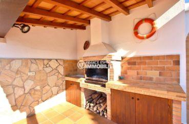 immobilier espagne costa brava: villa 292 m², terrasse semi couverte avec barbecue en pierre