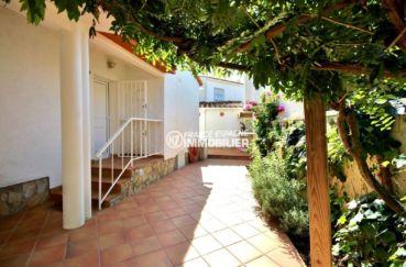 agence immobiliere costa brava: villa 113 m², vue sur la porte d'entrée et garage