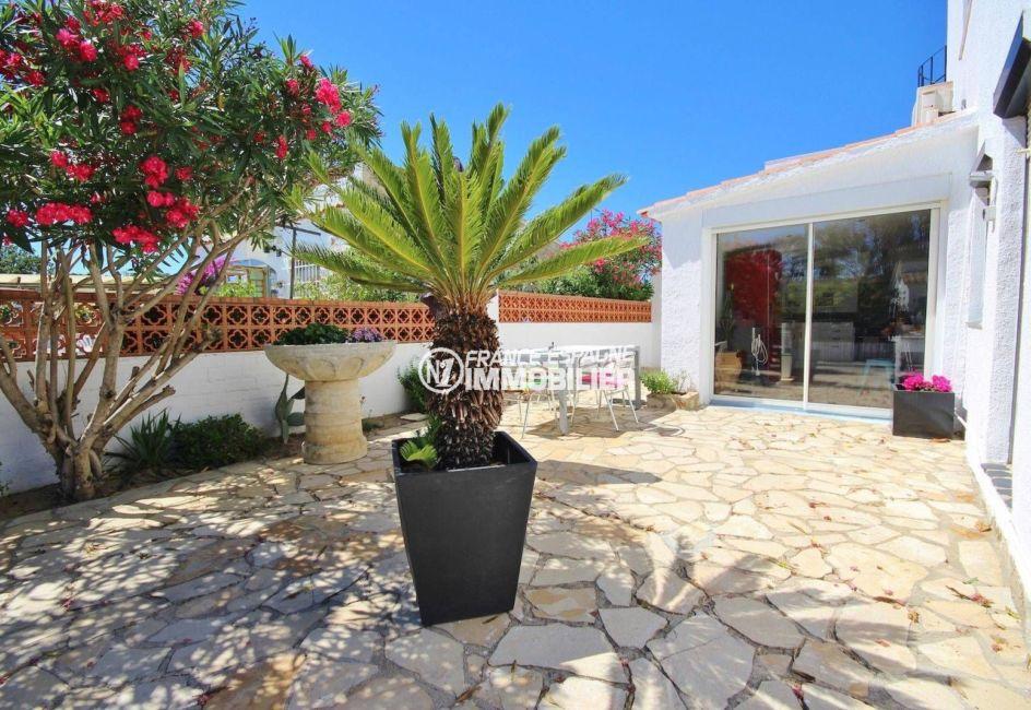 roses immobilier: villa ref.3463, jardin ombragé de 400 m²