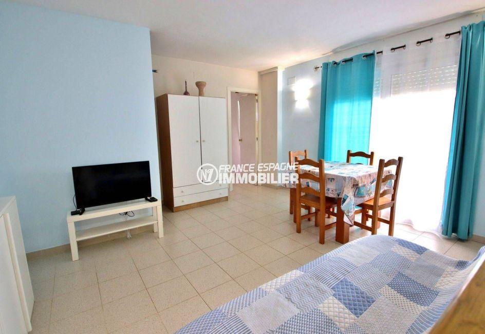 roses espagne: appartement proche plage, salon / séjour avec accès terrasse vue canal
