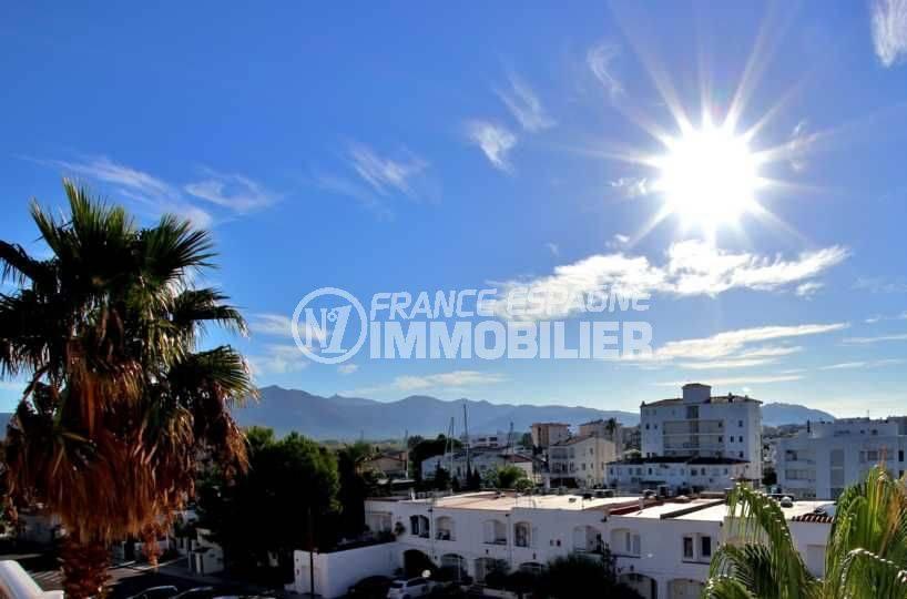 appartement costa brava, ref.3776, vue de la terrasse sur la ville et les montagnes
