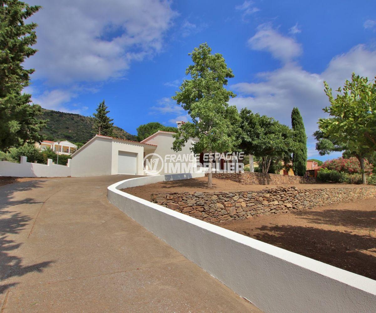 roses espagne: villa 167 m², aperçu de l'allée qui donne accès sur le garage de 37 m²
