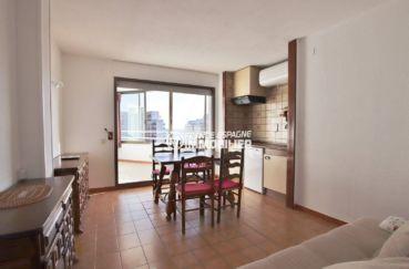appartement a vendre a rosas, ref.3779, aperçu du coin cuisine, salle à manger et salon accès terrasse véranda