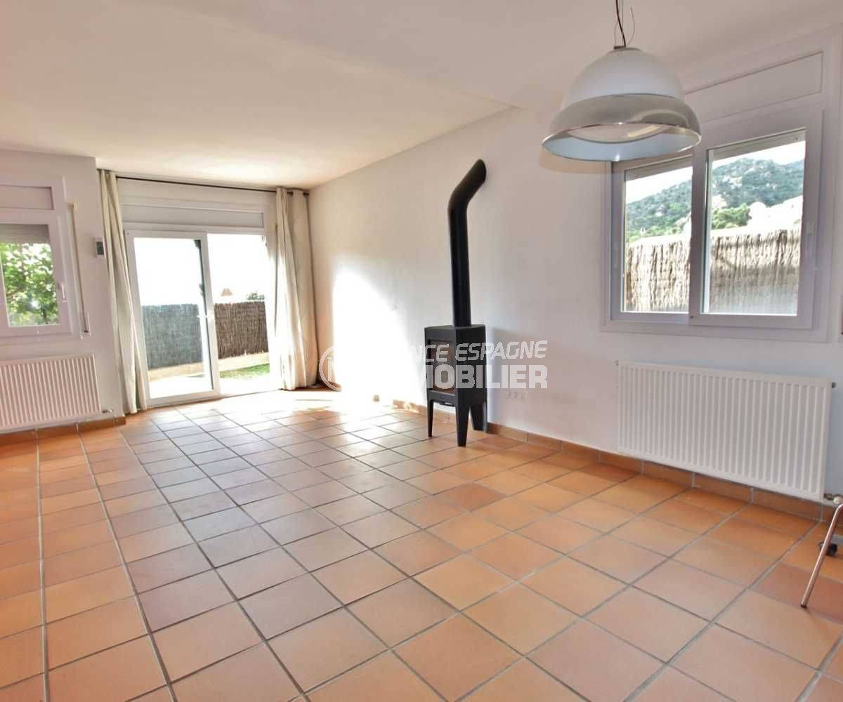 maison a vendre espagne, ref.3795, salon / séjour avec une cheminée moderne accès jardin