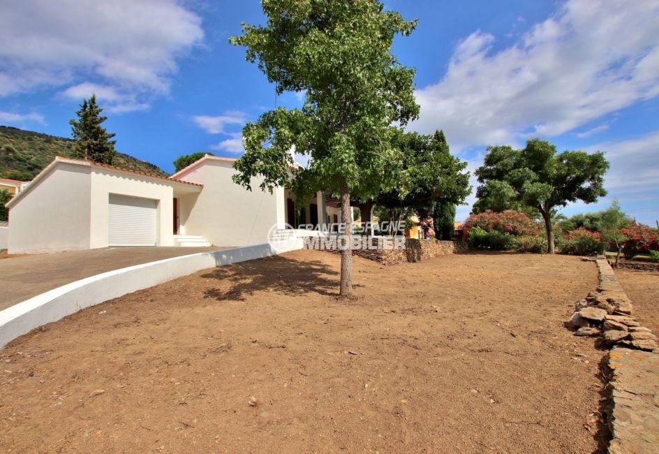 agence immobiliere roses: villa pau, vue sur la façade et terrain de 1272 m²