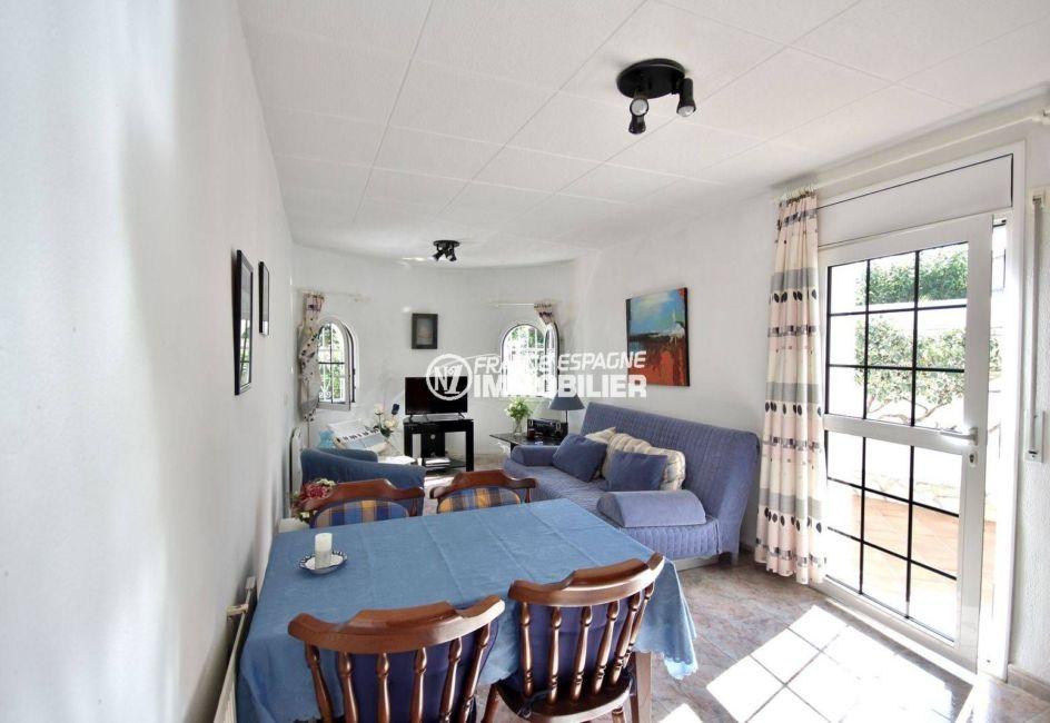 empuriabrava immobilier: villa 113 m², salon / salle à manger lumineuse accès terrasse