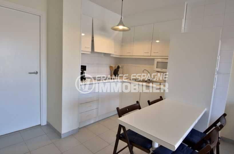 agence immobilière roses: appartement ref.3782, cuisine aménagée et table pour le repas