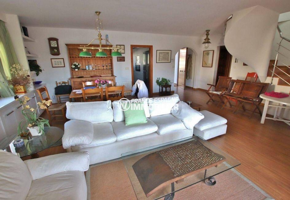 agence immobilière costa brava: villa 292 m², salon / séjour spacieux avec des rangements