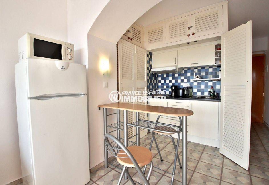 immobilier rosas: appartement ref.3781, aperçu du coin cuisine avec nombreux rangements