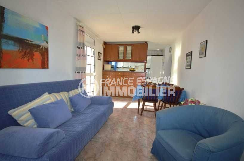 maison a vendre a empuriabrava, terrain 270 m², salon / séjour avec cuisine semi ouverte