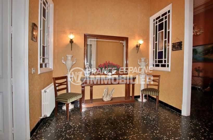 achat maison costa brava, centre-ville figueres, hall d'entrée qui dessert les autres pièces