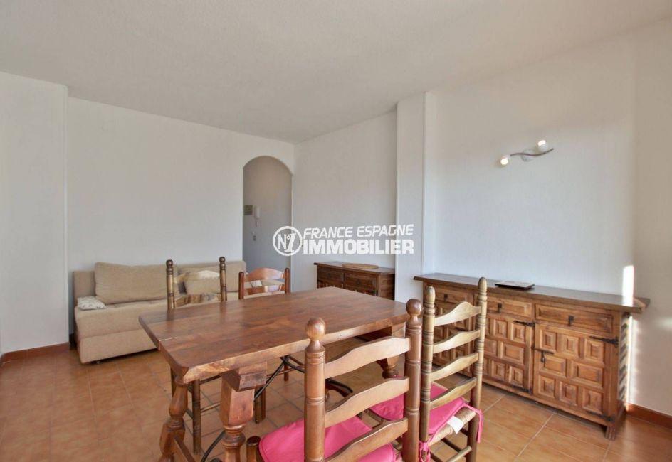 immo roses espagne: appartement ref.3779, aperçu de la salle à manger et du salon avec rangements