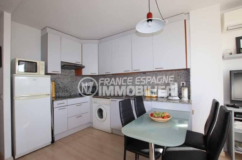 immo roses: appartement ref.3776, salle à manger et cuisine américaine aménagée