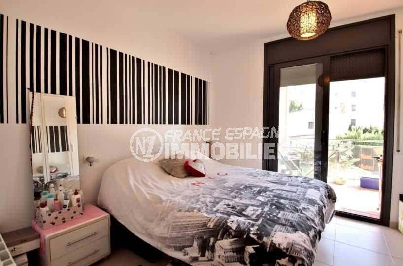 immo roses: appartement ref.3797, chambre 1 avec grand lit et accès terrasse