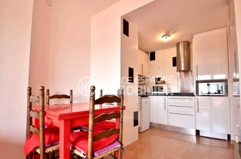 immo roses espagne: appartement ref.3804, cuisine toute équipée ouverte sur le séjour