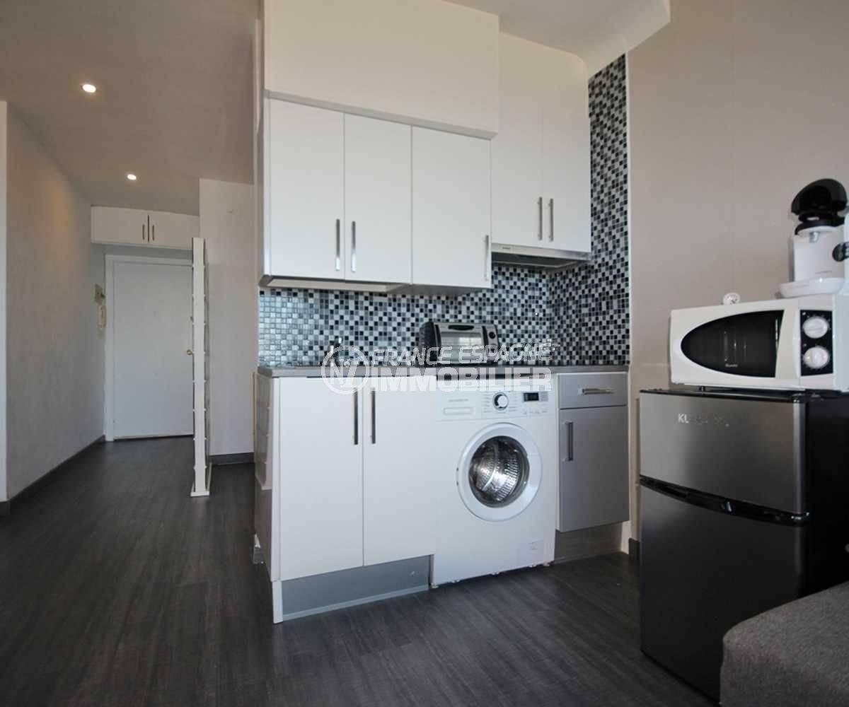 immobilier empuria brava: studio ref.3772, aperçu de la pièce principale coté cusine et hall d'entrée