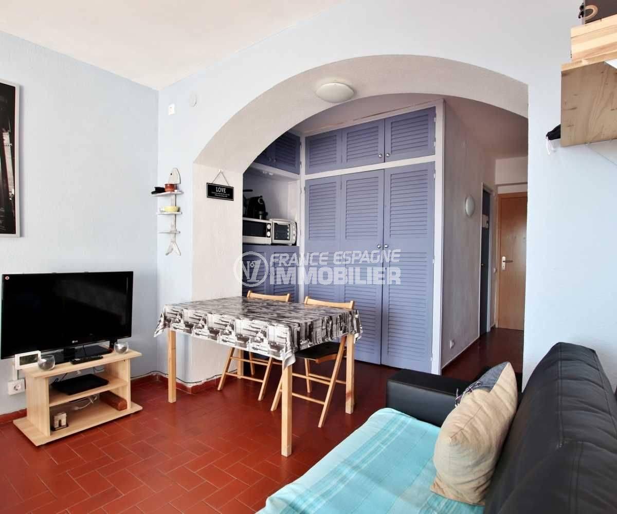 agence immobiliere costa brava: studio ref.3787, coté salle à manger vers la cuisine