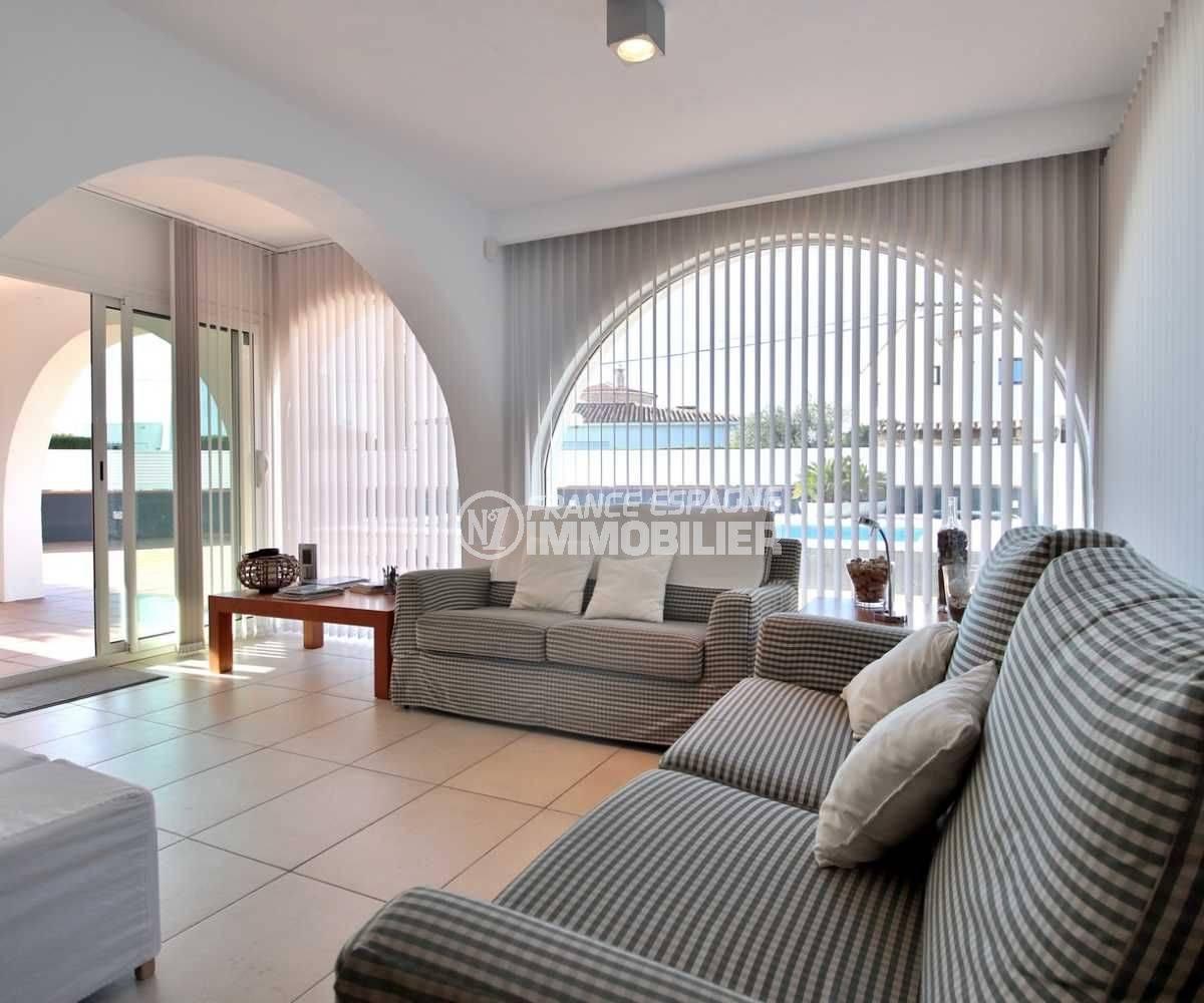 acheter maison costa brava, ref.3796, salon lumineux avec accès à la terrasse