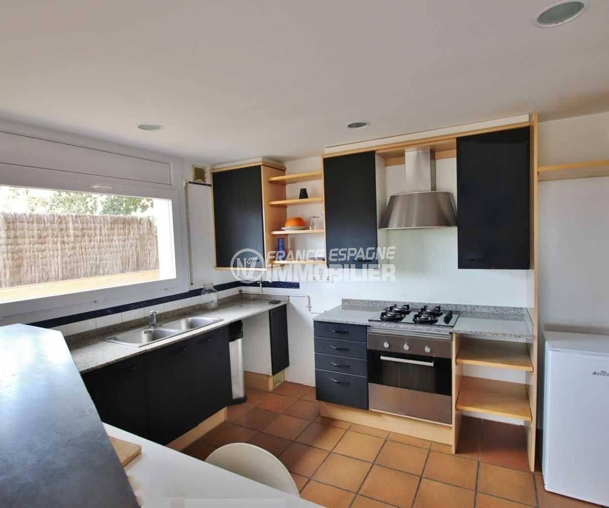 acheter maison costa brava, ref.3795, cuisine américaine avec des rangements