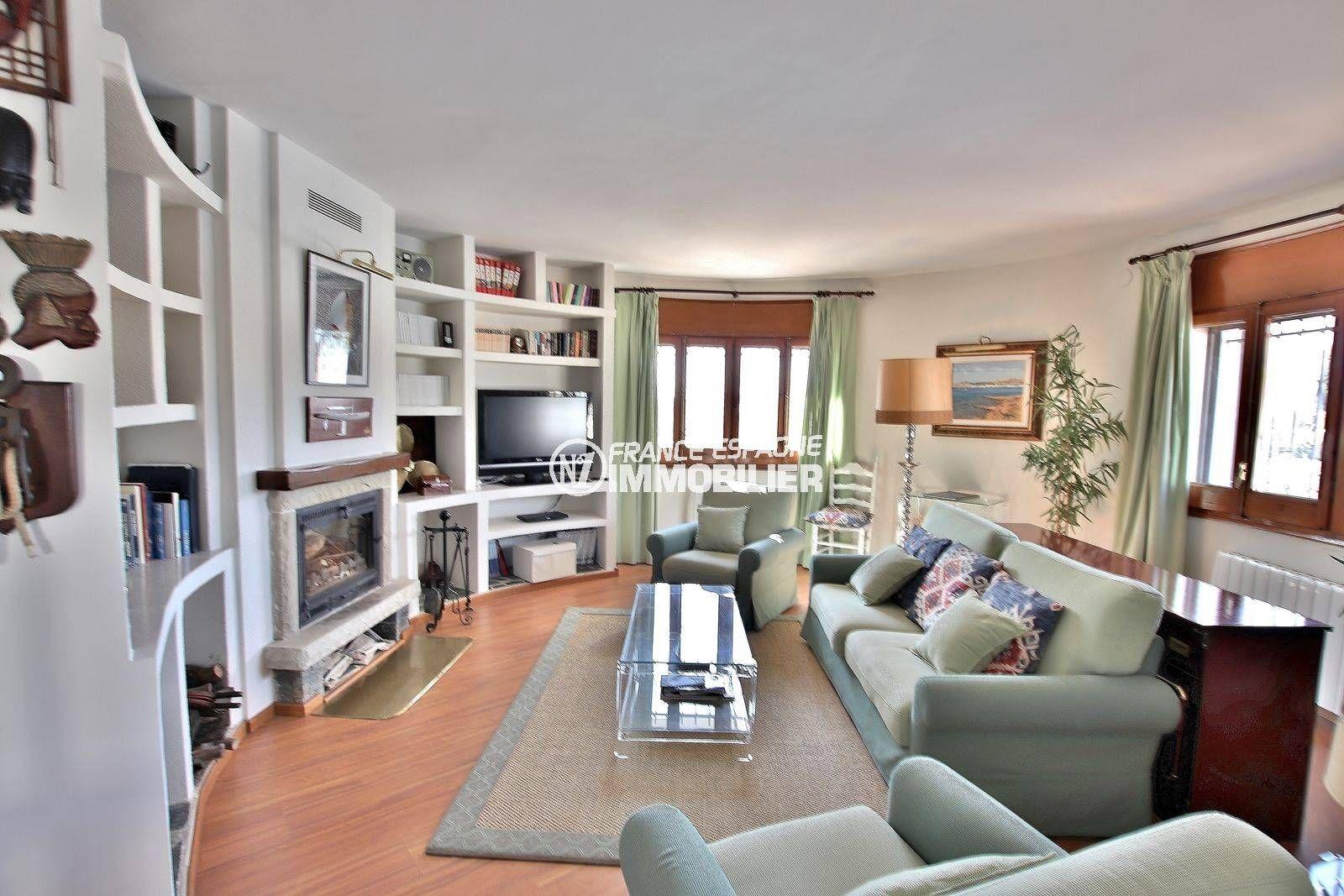 agence immobiliere rosas santa margarita: villa 292 m², spacieux salon / séjour avec une jolie cheminée