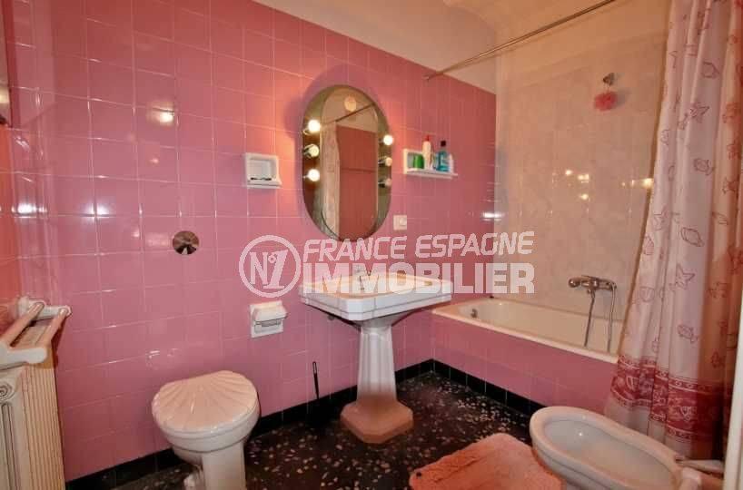 vente maison costa brava, terrain 447 m² , salle de bains avec baignoire, lavabo, wc et bidet