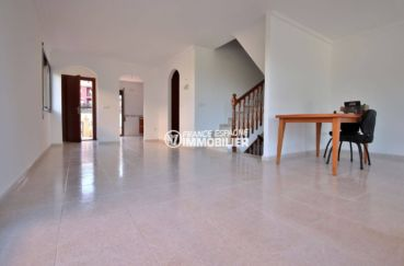 maison a vendre espagne catalogne, ref.3801, entrée / séjour et  escalier vers l'étage