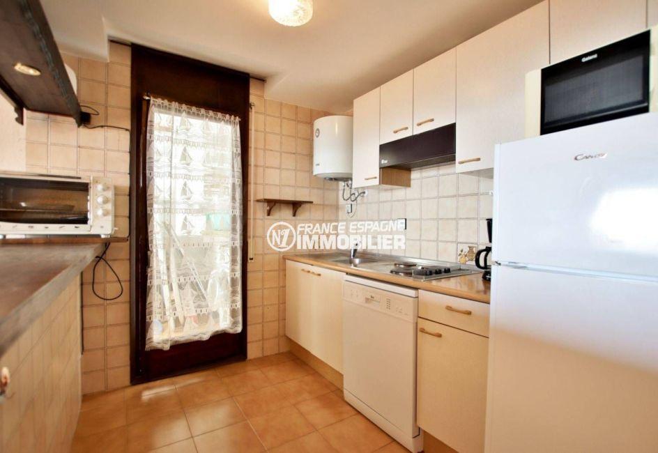 agence immobilière roses: appartement ref.3774, aménagement de la cusine avec accès buanderie