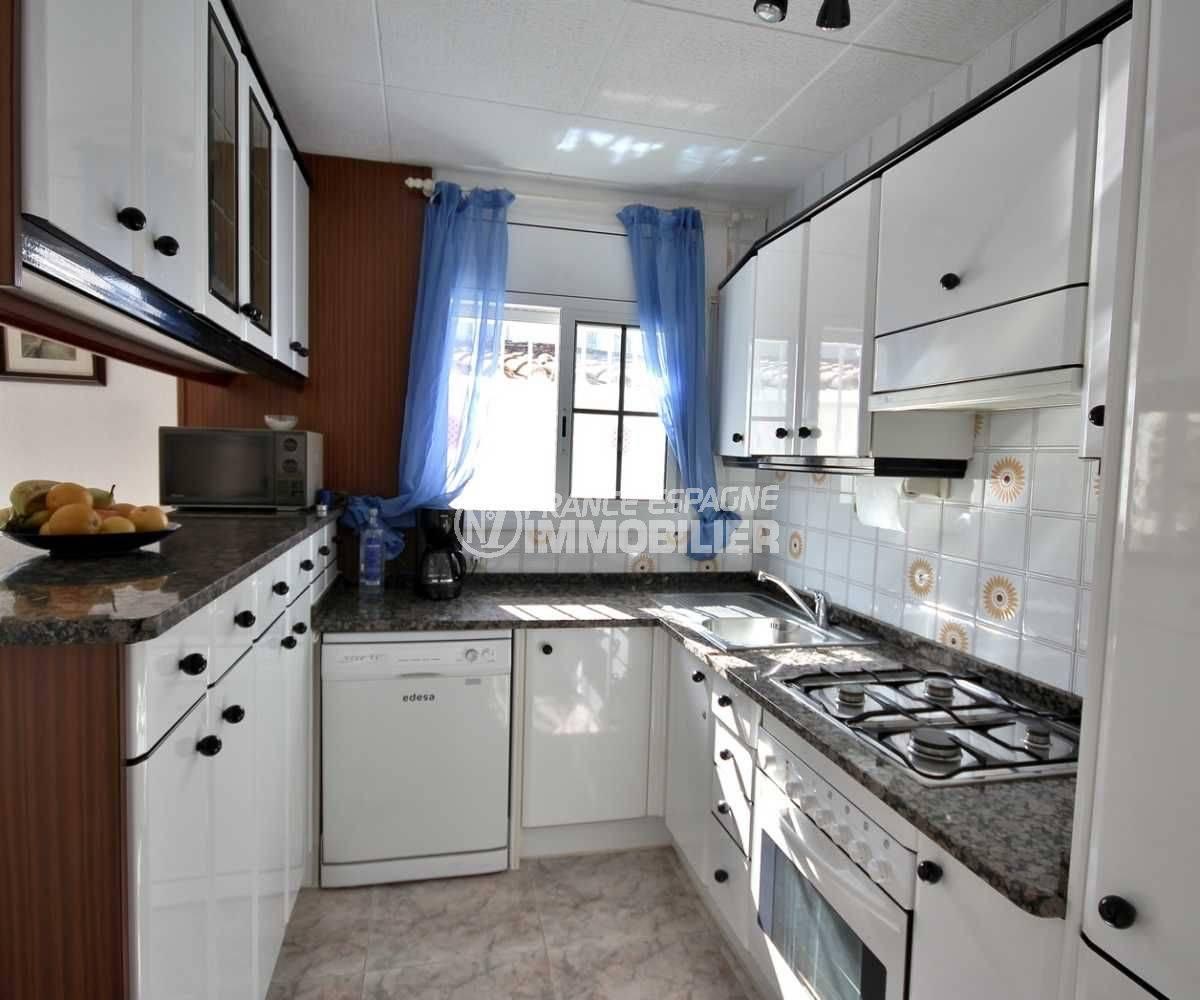 vente villa empuriabrava, secteur prisé, cuisine américaine avec de nombreux ranngements