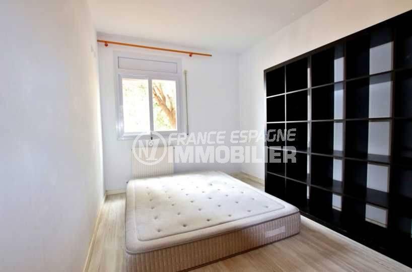 agence immobiliere palau saverdera: ref.3795, première chambre : lit double et rangements