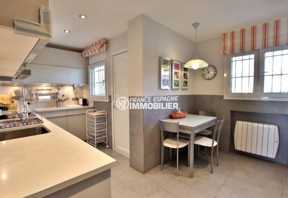 rosas immo: villa 292 m², aperçu de la cuisine indépendante avec coin repas