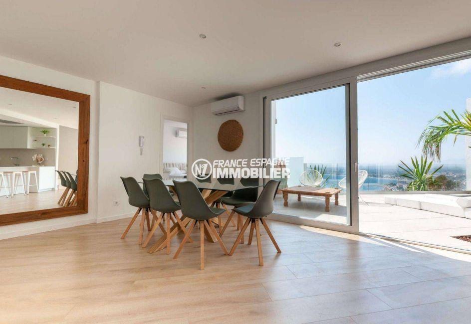 roses immobilier: villa ref.3803, coté salle à manger et accès cuisine