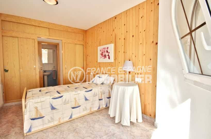 agence empuriabrava: villa 113 m², première chambre avec lit simple et salle d'eau attenante