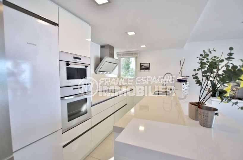 immo roses: appartement ref.3790, équipement cuisine: fours, plaques, éviers et plan de travail modernes