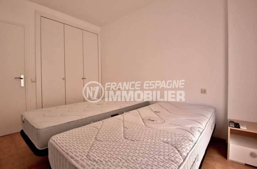 appartement costa brava, ref.3789, chambre 2 avec placards intégrés