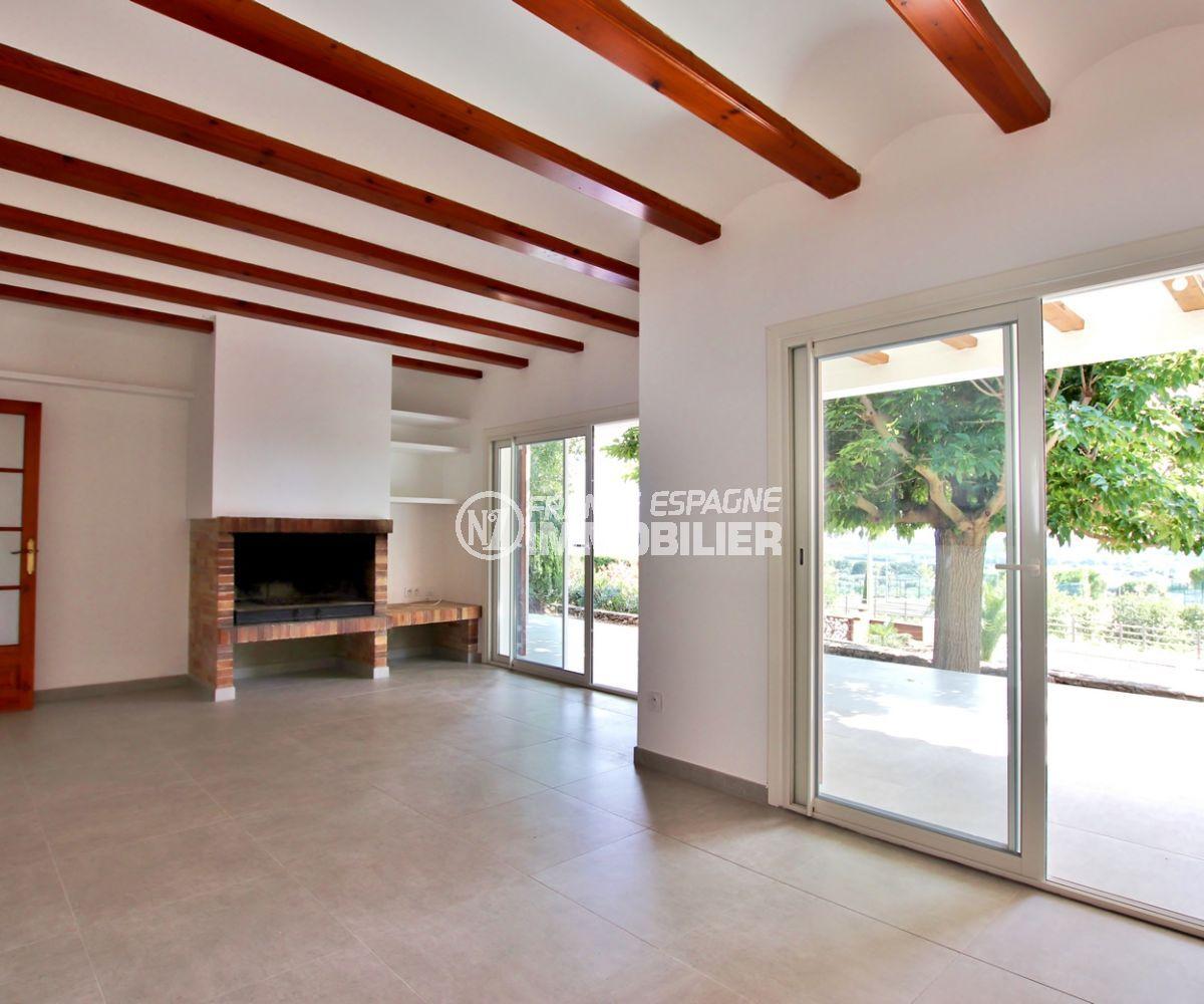 maison a vendre a rosas, possibilité piscine, salon / séjour lumineux avec cheminée accès terrasse